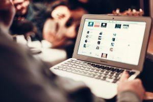 מחשב מציג אתר אינטרנט