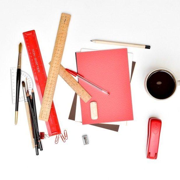 שולחן עבודה עם כלים